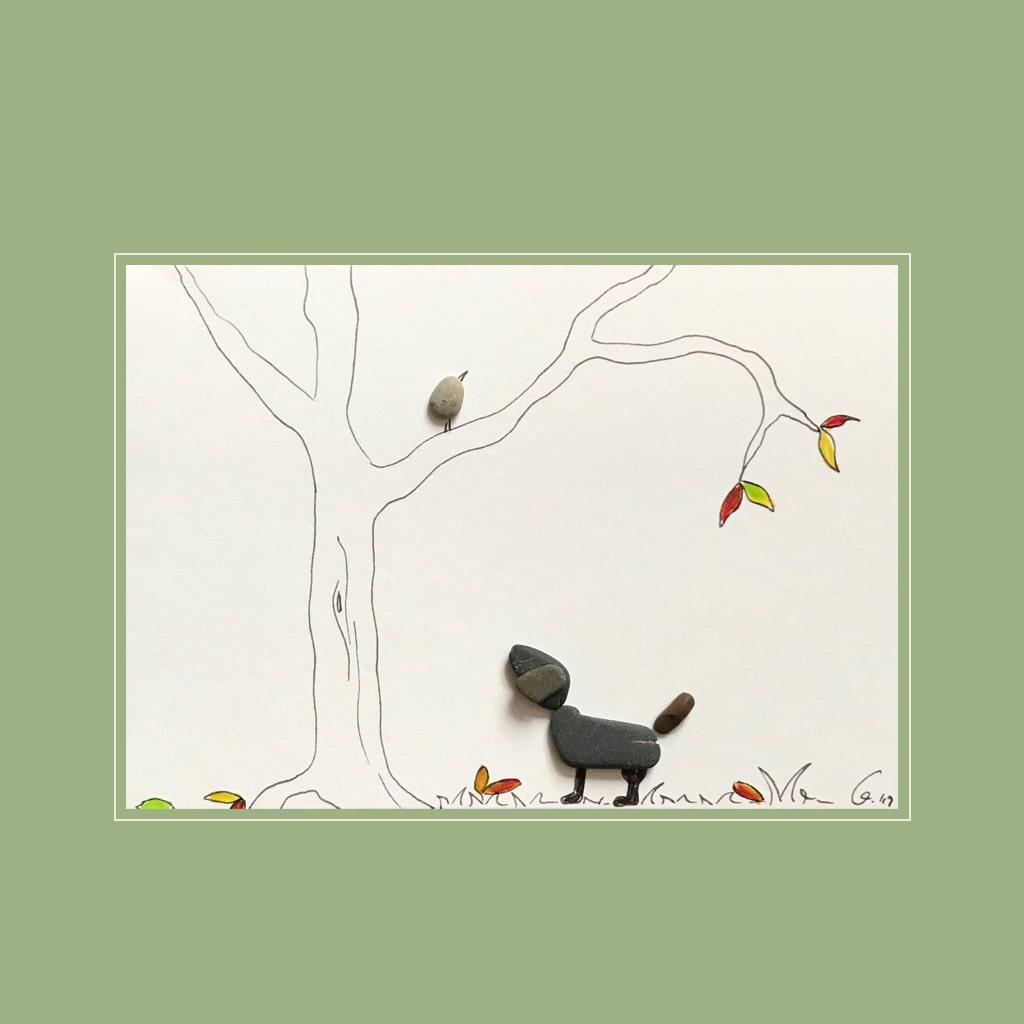 Hund mit Vogel von Kieselsteinkunst.de